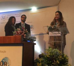 presidente da FenaSaúde recebe prêmio da AIDA Brasil