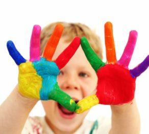foto-crianca-com-maos-pintadas