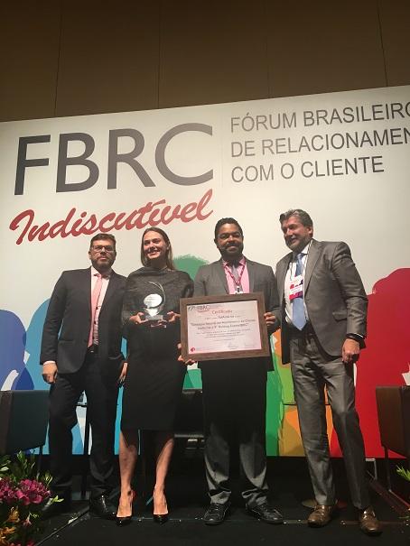 Marco-Antunes-4º-da-esq.-para-a-dir.-e-Raquel-Giglio-da-SulAmérica-recebem-prêmio