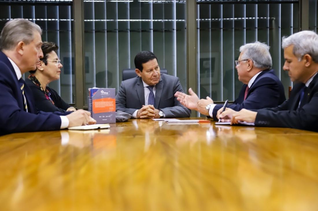 Marcio Coriolano apresenta setor segurador ao vice-presidente da República